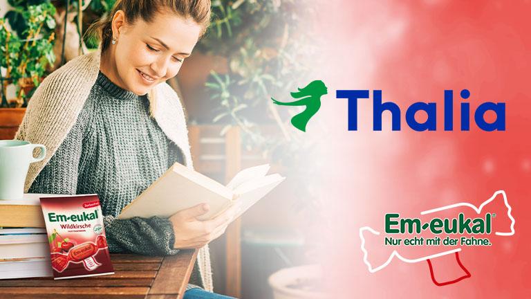 junge Frau liest buch auf Balkon mit Em-eukal Wildkirsche Bonbons Thalia Kooperation