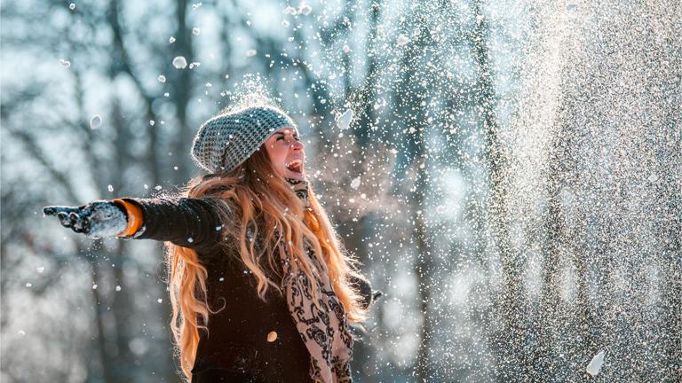 Glückliche Frau im Winter